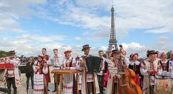 Гимн Беларуси спели в центре Парижа